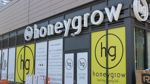 honeygrow, a Philadelphia-based fast food chain, offers stir-fry and smoothies, granting students a healthier option than burgers and fat sandwiches. – Photo by Avalon Zoppo