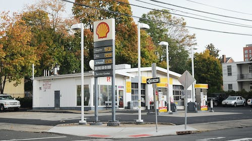 A Rutgers student who works at the Shell Service Center on Easton Avenue was robbed Saturday night. New Brunswick police are still looking for the perpetrator. – Photo by Jeffrey Gomez